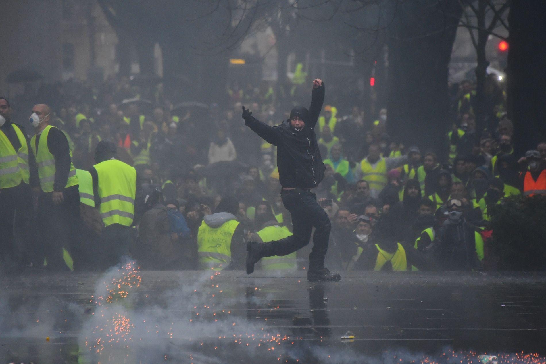 GULE VESTER: Over hele Frankrike har demonstranter i gule refleksvester krevd at president Emmanuel Macron går av. Har demonstrerer de i Bordeaux 22. desember.