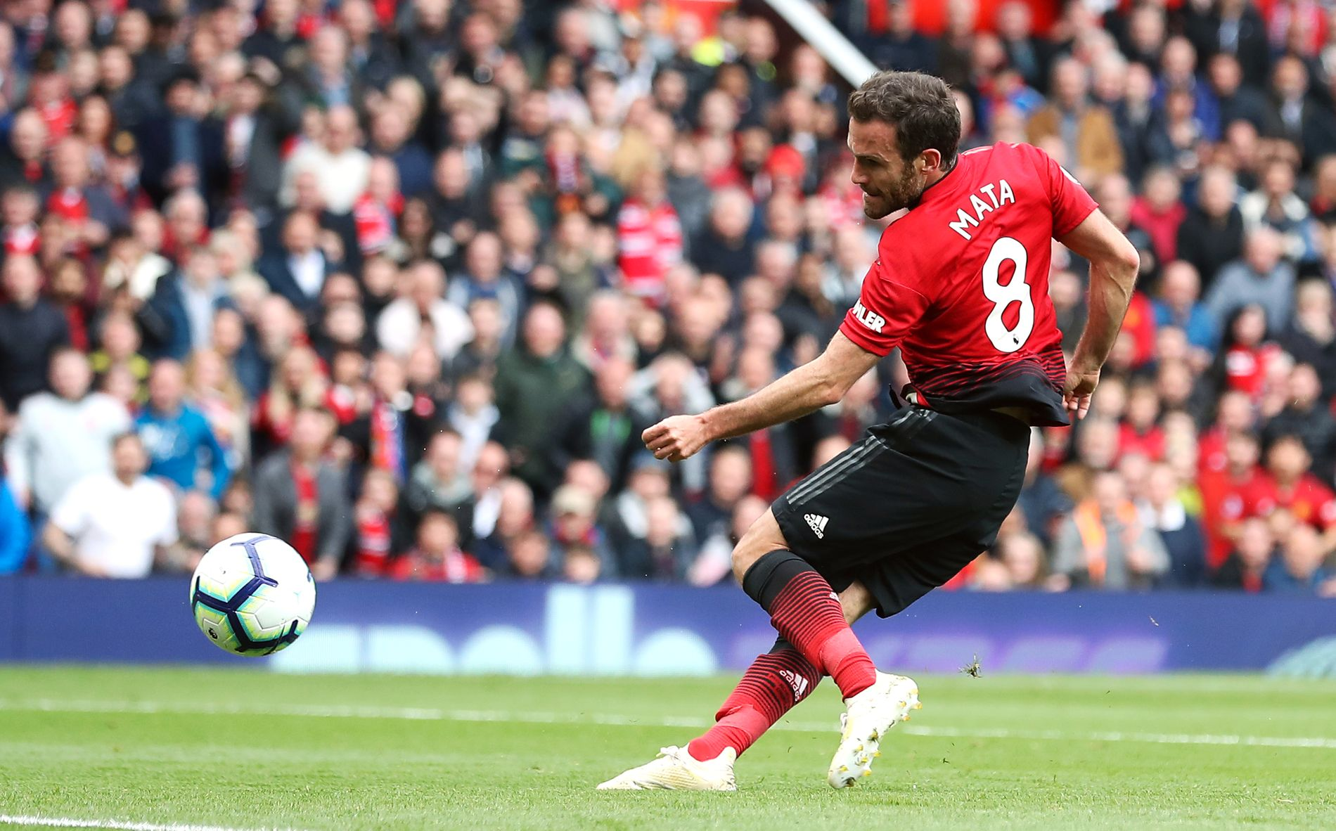 MÅL-MATA: Her setter Juan Mata inn 1–0-målet for Manchester United mot Chelsea.