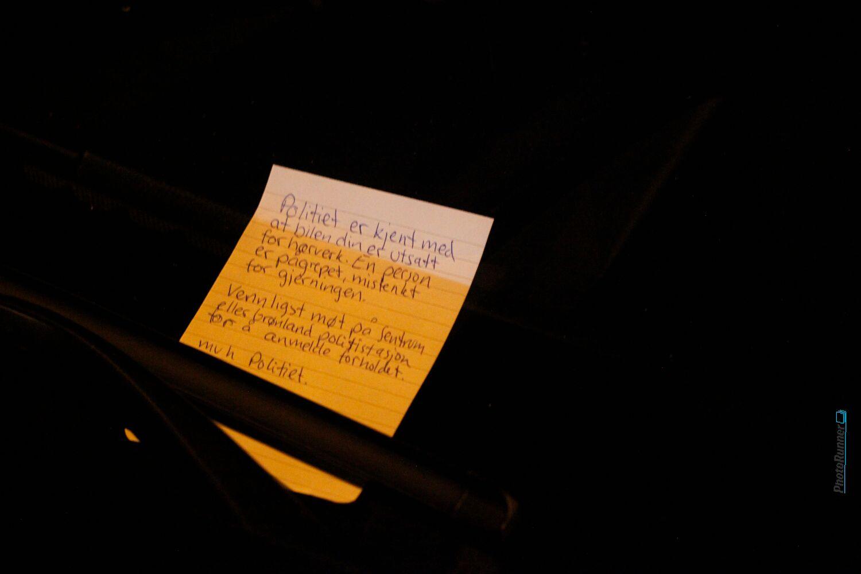 KJIP BESKJED: «Politiet er kjent med at bilen din er utsatt for hærverk», står det på denne lappen, som ble festet på én av bilene som ble ødelagt natt til fredag.