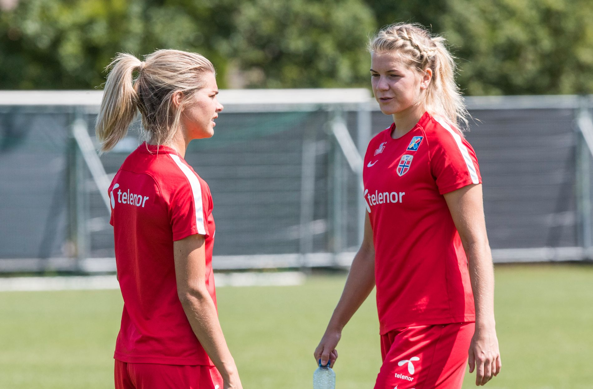 SØSTERDUELL: Andrine og Ada Hegerberg møttes til dyst i den franske ligaen fredag kveld. Her er de to fra en landslagstrening under fotball-EM i i fjor sommer.