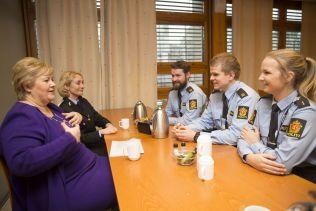 MØTER STUDENTENE: Even Solli (i midten) fortalte Erna Solberg at 22. juliterroren inspirete han til å bli politimann, mens Camilla Søreide har en far og mor i etaten. De øvrige er student Knut Hattestad og rektor Nina Skarpenes.