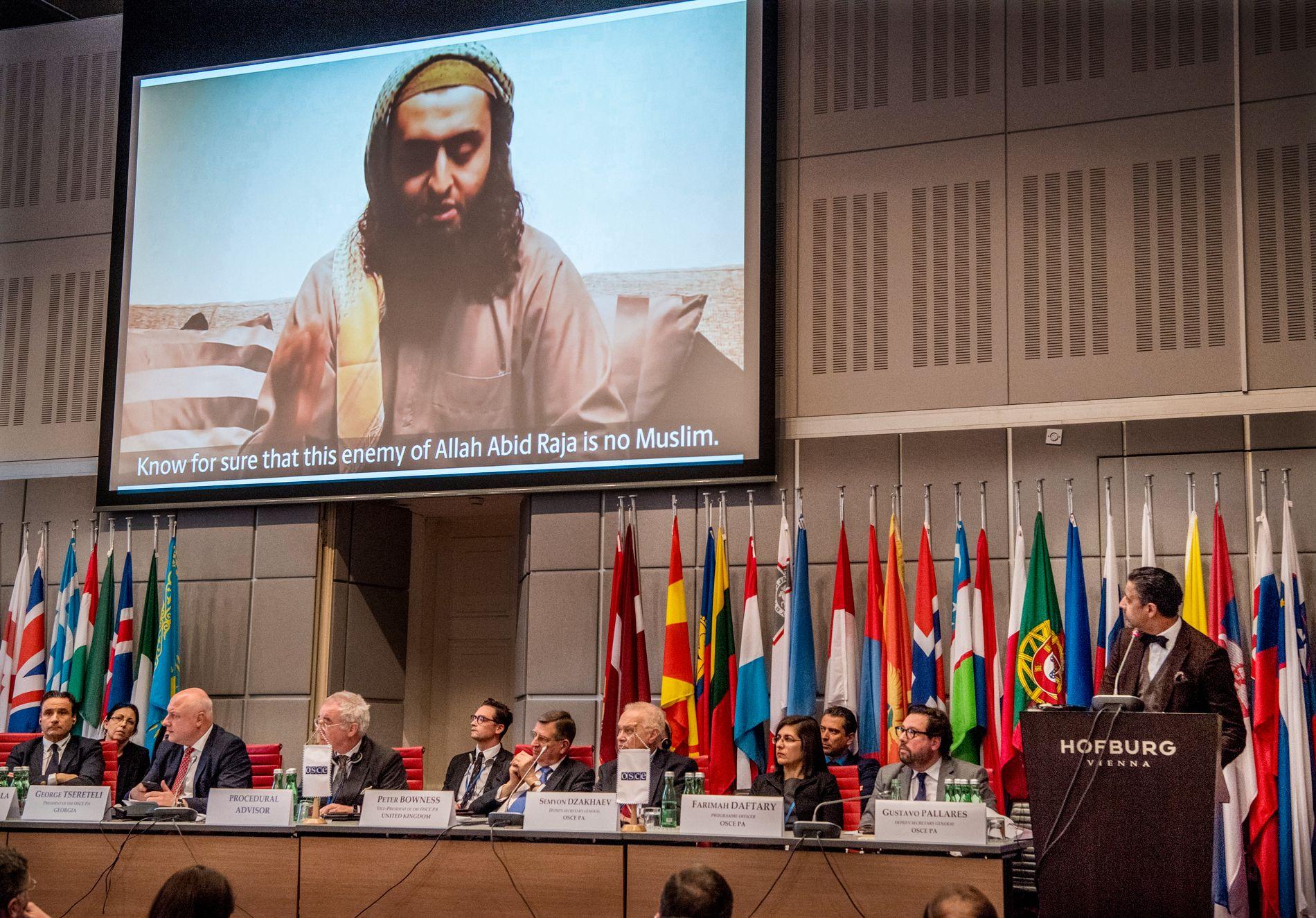 TORDENTALE: Under en OSSE-konferanse i Wien 23. februar holdt Abid Raja (V) en tordentale om ekstremisme og integrering, hvor han også viste frem en video hvor Mohyeldeen Mohammad sier «Må Allah gjøre deg stum og døv».