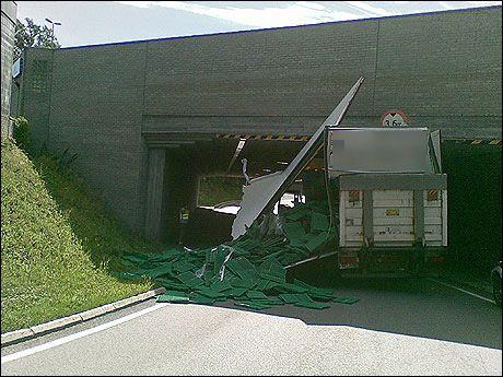 UHELDIG: Sjåføren var uheldig da han kjørte fast bilen sin på fredag. Foto: Leserbilde/ MMS