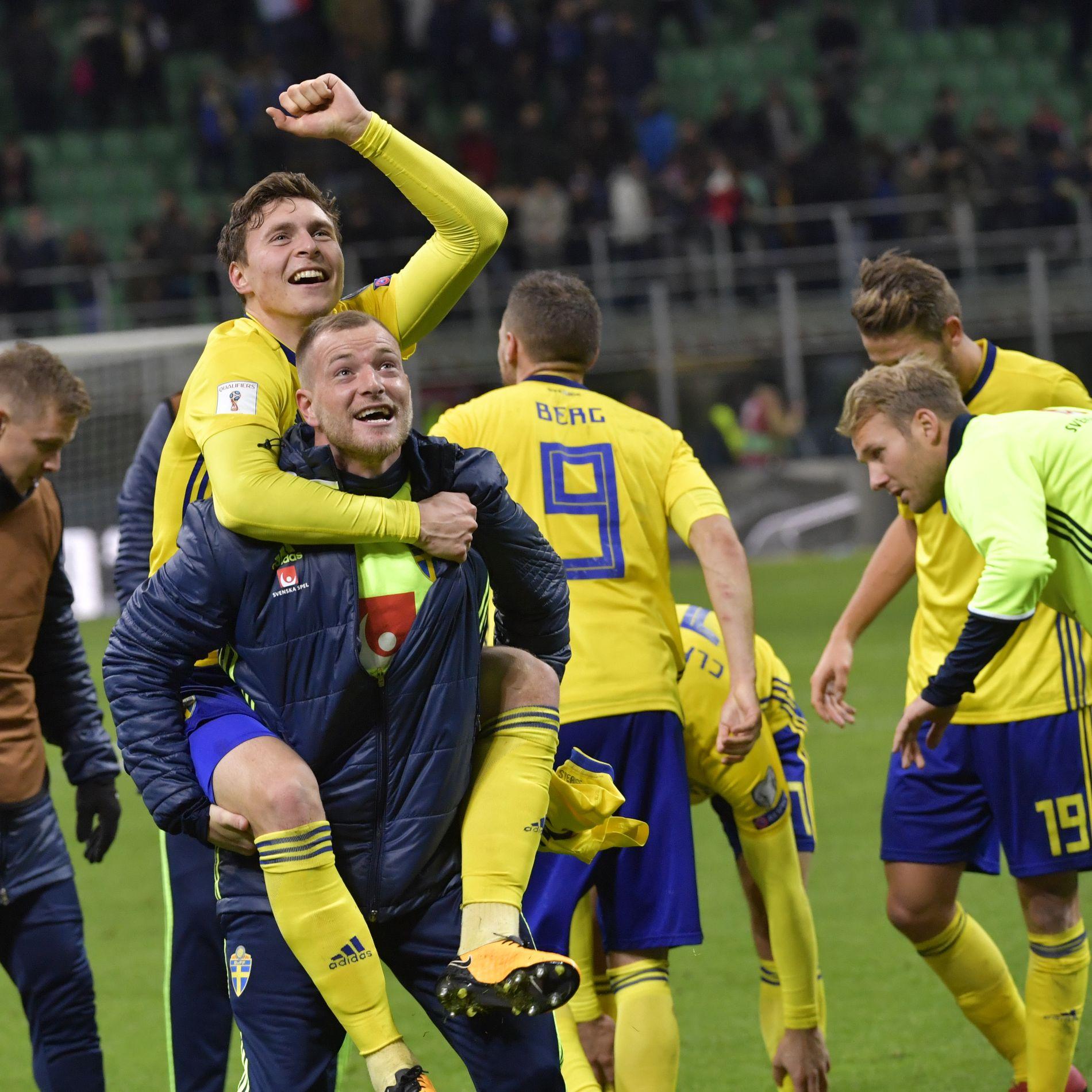 JUBEL FOR 0-0: Svenskene Victor Lindeløf og John Guidetti (foran) jubler etter at Sverige har klart 0-0 i Milano - og samtidig sendt svenskene til VM i Russland neste sommer.