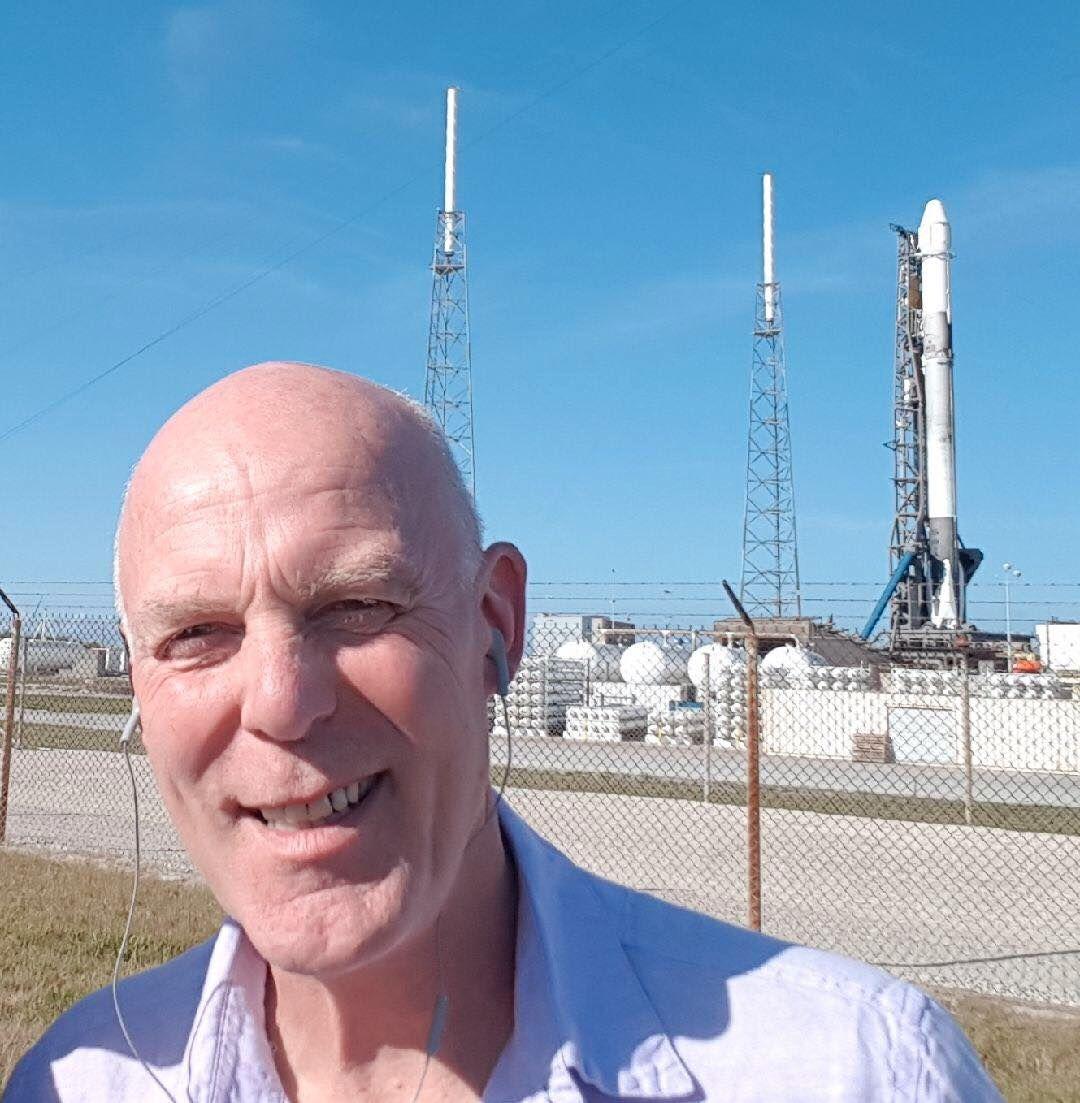 ORKESTERPLASS: Nikloai Østgaard, leder for det norske forskerteamet, her stående like ved romfartøyet Dragon på Kennedy Space Centre i Florida, bare timer før den skal skytes opp ikveld. Han og teamet har laget et instrument for å måle gammastråler fra lynnedslag.