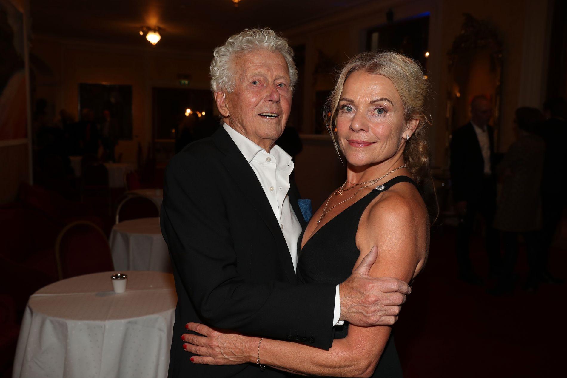 FEIRET 90 ÅRSDAGEN: Toralv Maurstad rundet 90 og ble feiret på behørig vis på Nationaltheatret. Her med kona Beate Eriksen.