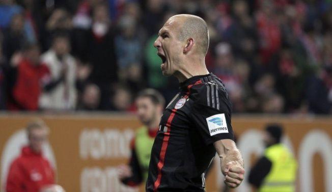 BALLKUNSTNER: Arjen Robben feirer scoring for Bayern München mot Augsburg 13. desember.