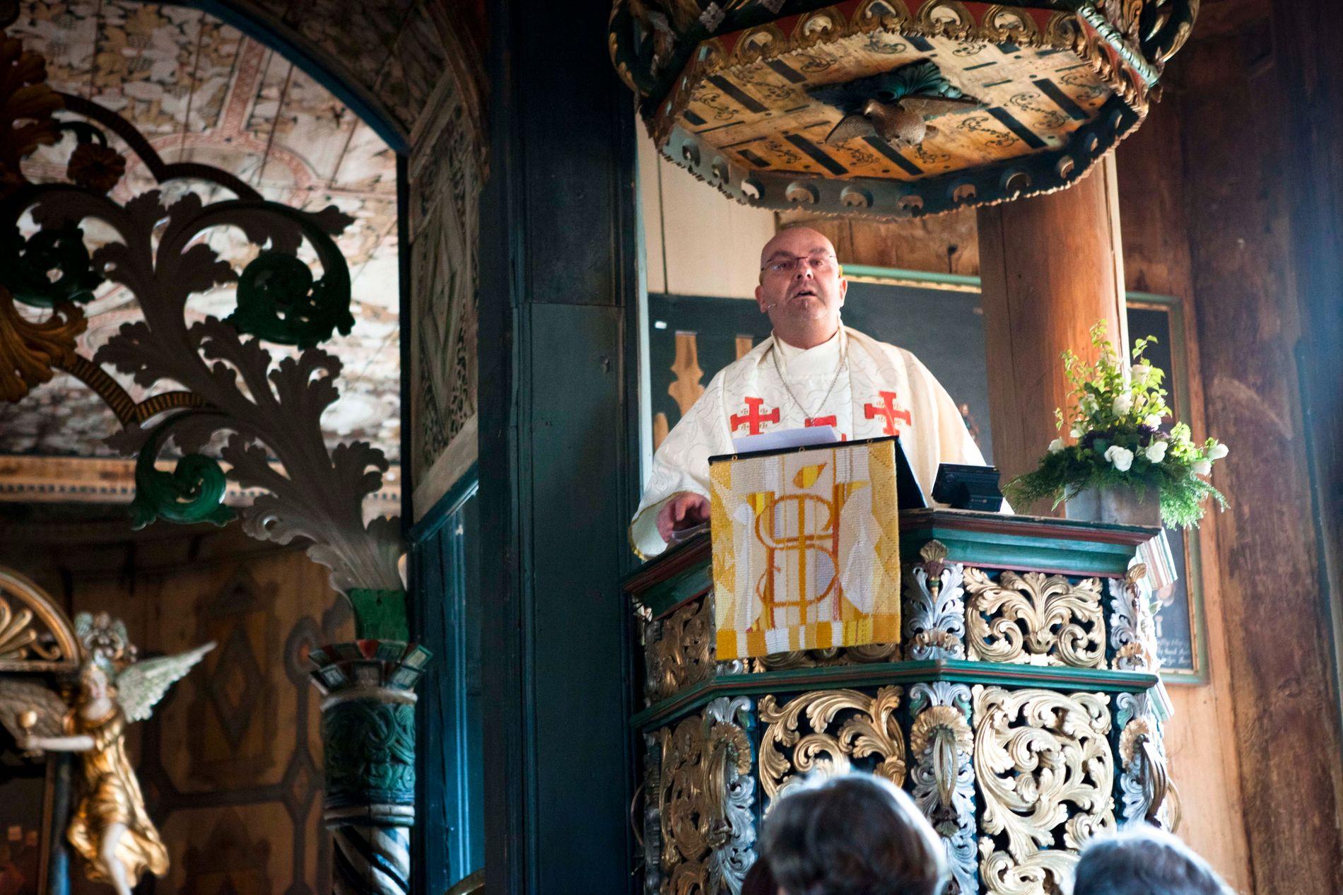 PÅ PREKESTOLEN: Einar Gelius har vært sogneprest i Lom siden 2014. Her er han avbildet under sin første gudstjeneste i Lom kirke. FOTO: MATHIAS JØRGENSEN/VG