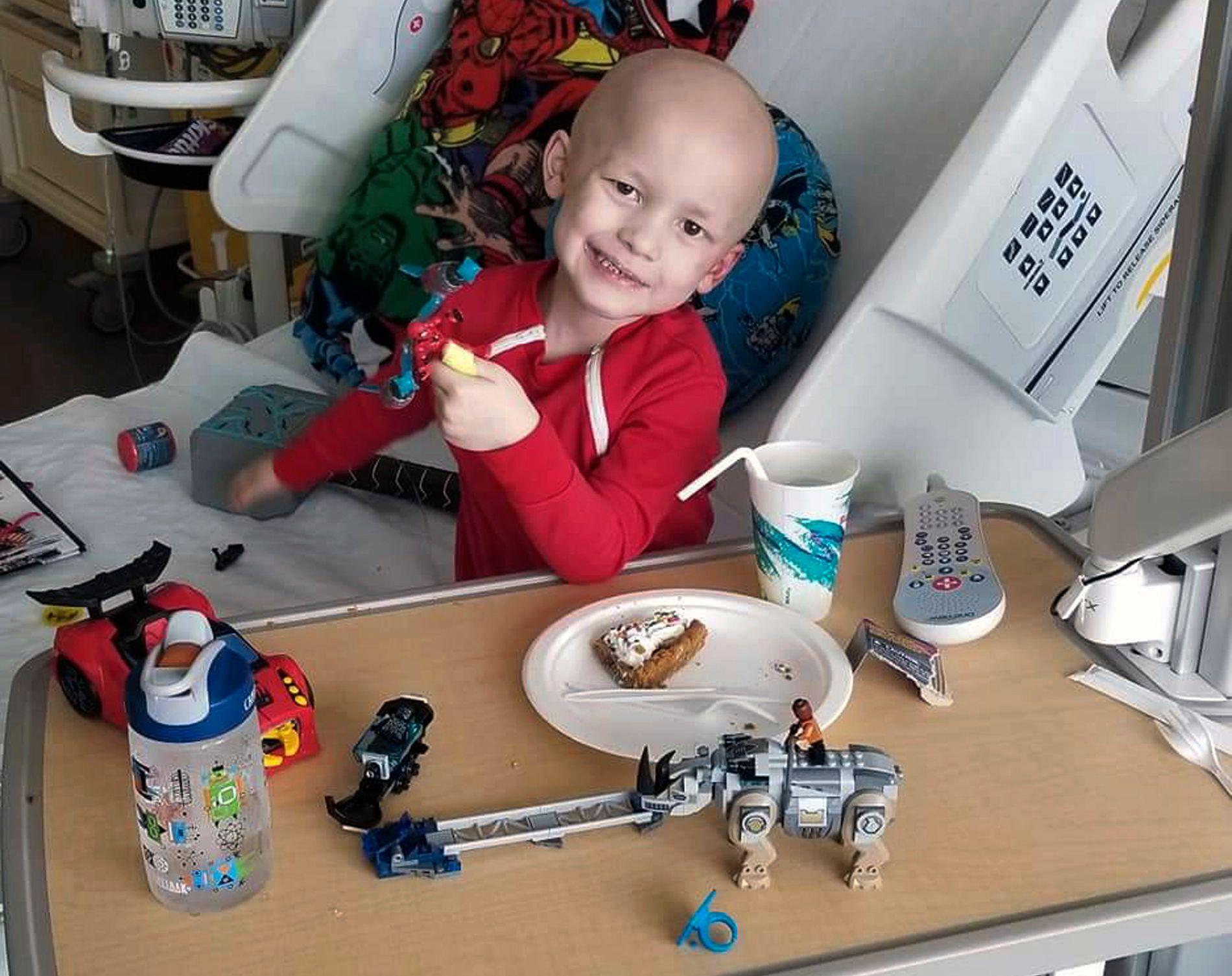 HUMOR: Garrett Matthias på sykehuset på et bilde moren Emilie har tatt, omgitt av noen av tingene han likte.