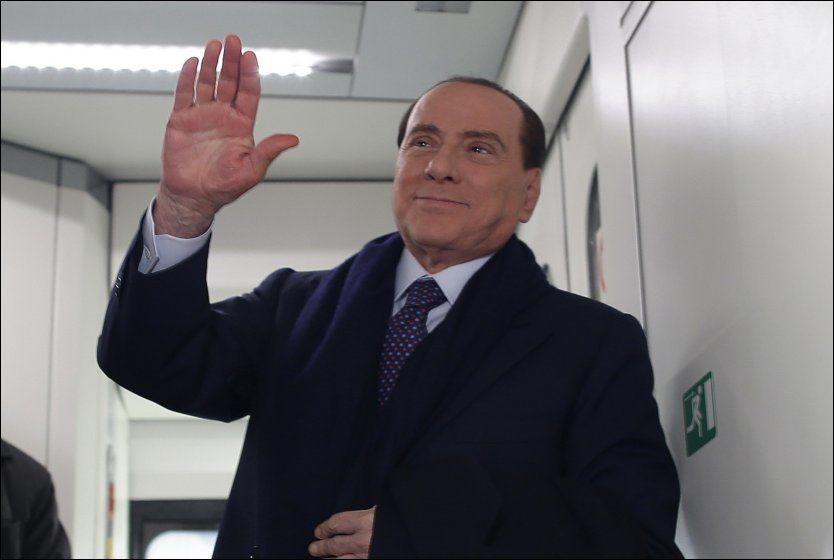 Italias tidligere statsminister Silvio Berlusconi håper at et samarbeid mellom hans eget parti PDL og Lega Nord skal sikre seier for høyresiden i valget i slutten av februar. Her fotografert om bord i et tog i Roma i romjulen.