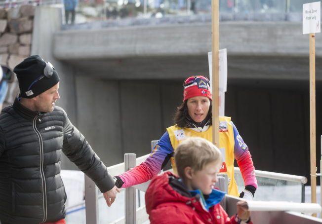 HILSTE PÅ SAMBOEREN: Marit Bjørgen fikk en liten stund til å prate kjapt med samboeren Fred Børre Lundberg etter tremilstriumfen i Holmenkollen.