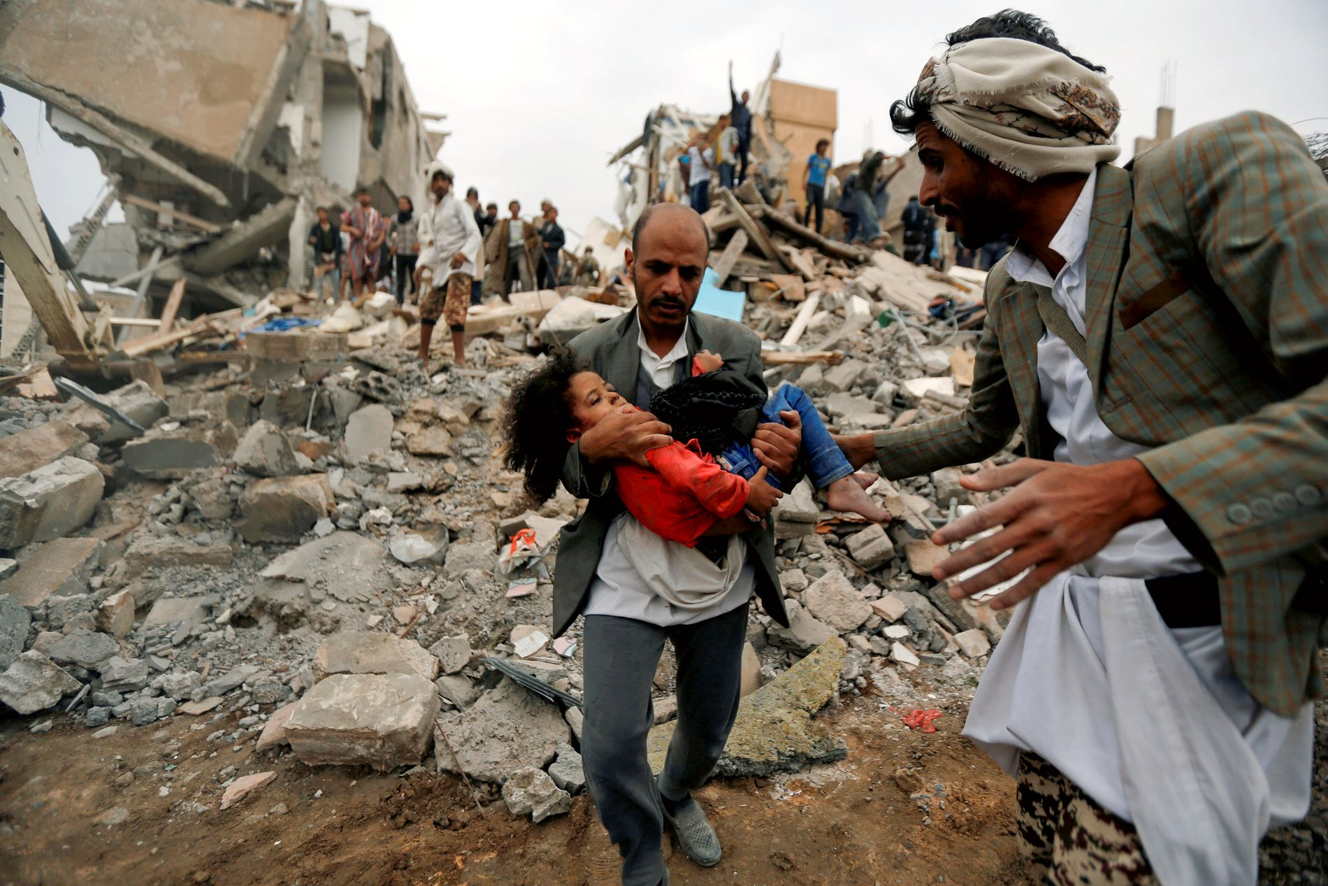 FAMILIEN DREPT: En mann bærer jenta Buthaina Muhammad Mansour ut av ruinene av sitt eget hjem, etter en bombing i Sanaa i august. Angrepet drepte åtte av hennes familiemedlemmer.