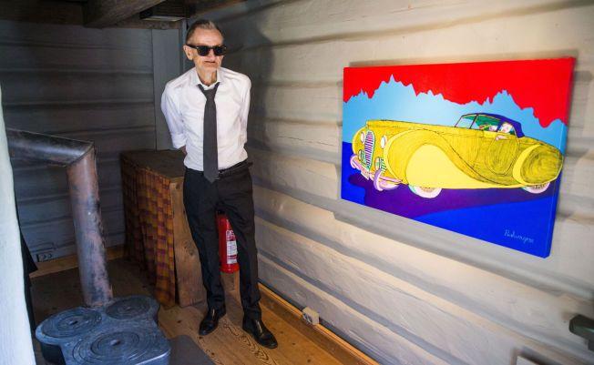 GIKK FOR 650 000 KRONER: Pushwagner poserer ved maleriet «Hariton» som denne uken ble solgt på Soli Brug Galleri. Utstillingen stenger kommende helg. Foto: FRODE HANSEN