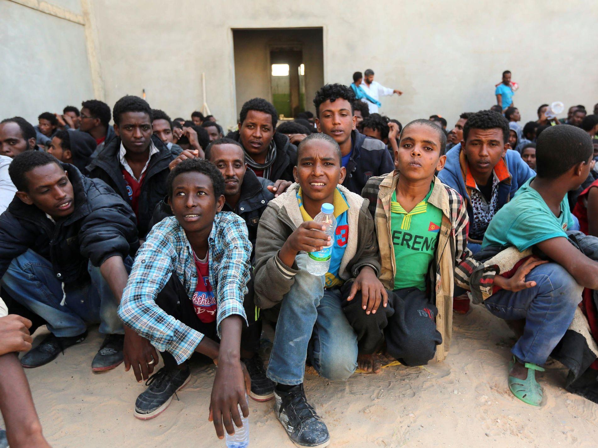 SITTENDE FAST: Tusenvis av flyktninger risikerer nå å bli sittende fast i Libya. Disse flyktningene ble reddet av Libyas marine utenfor kystbyen Sabratha hvor mange av smuglernettverkene er etablert. Foto: AFP