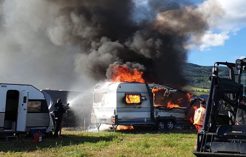 I BRANN: En person har mistet livet etter brann i en campingvogn på Vinstra.