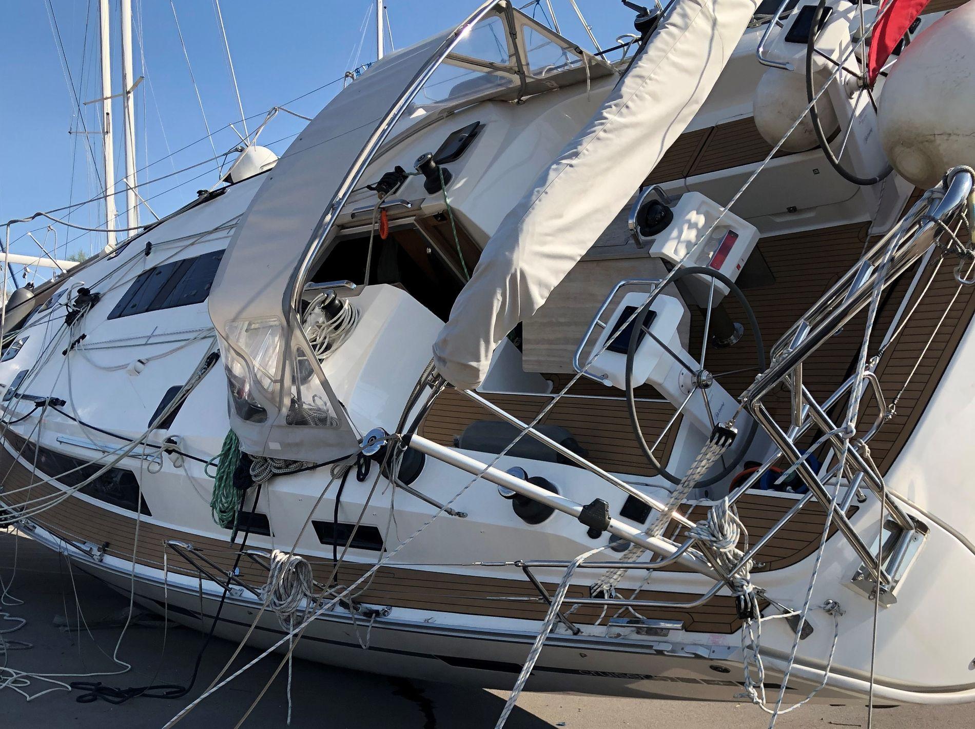 STORE SKADER: Den 51 for store seileren gikk rett i bakken fra god høyde, og veltet så over på siden, med store skader som resultat.