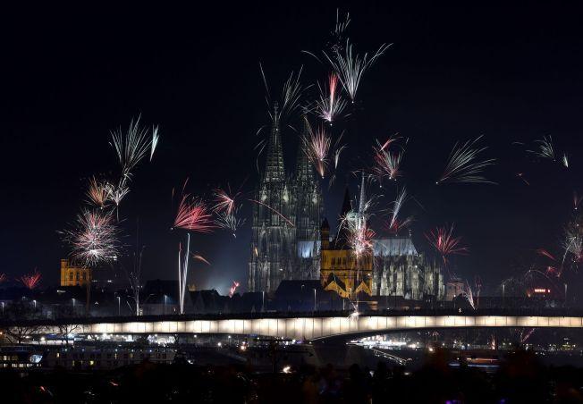 NYTTÅRSAFTEN I KÖLN: Fyrverkeriet lyste opp himmelen over Köln nyttårsaften. I bakgrunnen ser man blant annet Martinskirken, Kölnerdomen og hovedbanestasjonen i byen, der angrepene skal ha skjedd.