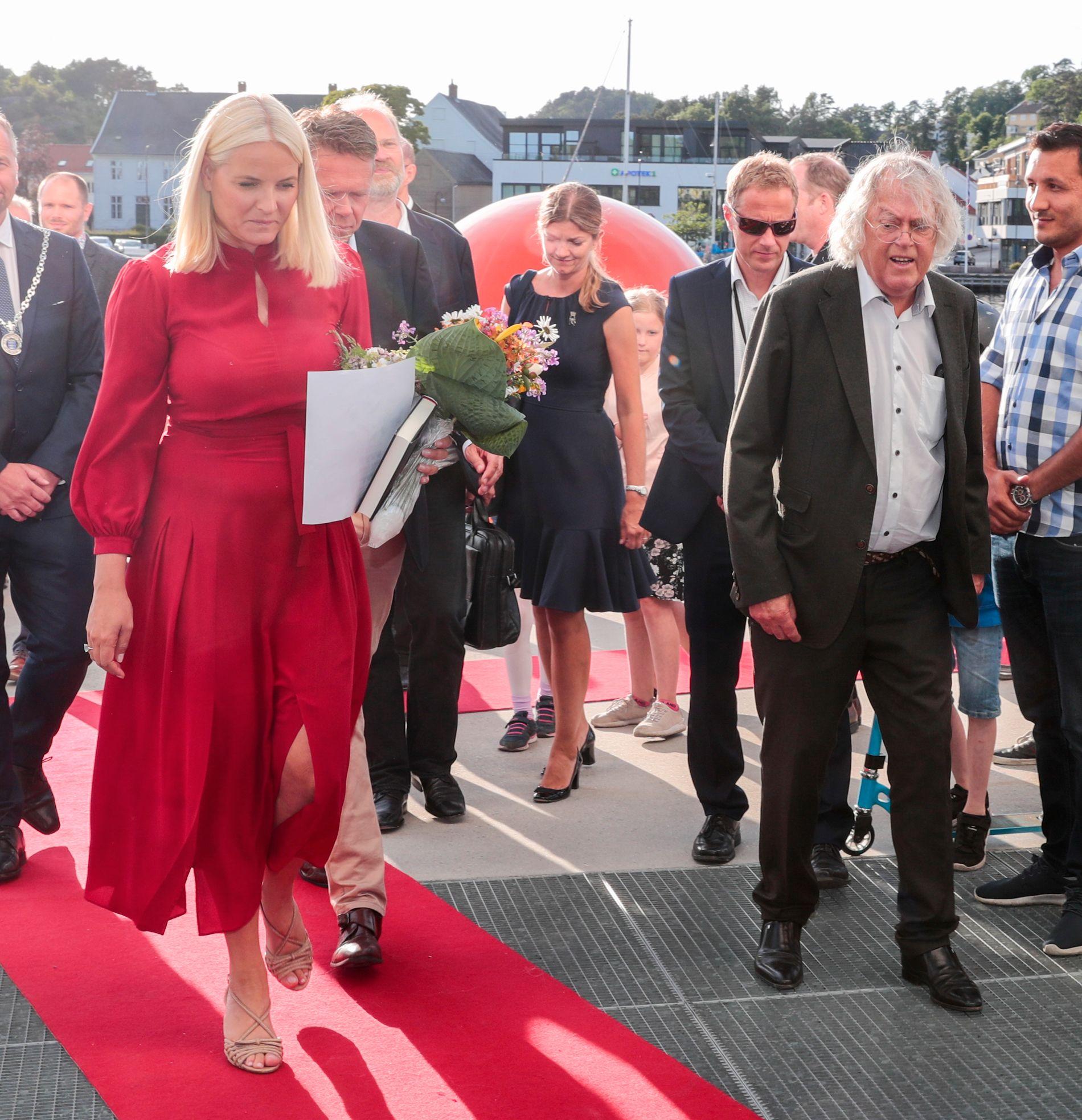 METTE-MARIT-FAVORITT: Kronprinsesse Mette-Marit er en av Dag Solstads mange fans, og her er de to fotografert sammen i forbindelse med fjorårets litteraturtog. Solstad deltar også med en tekst i antologien Mette-Marit gir ut i høst.