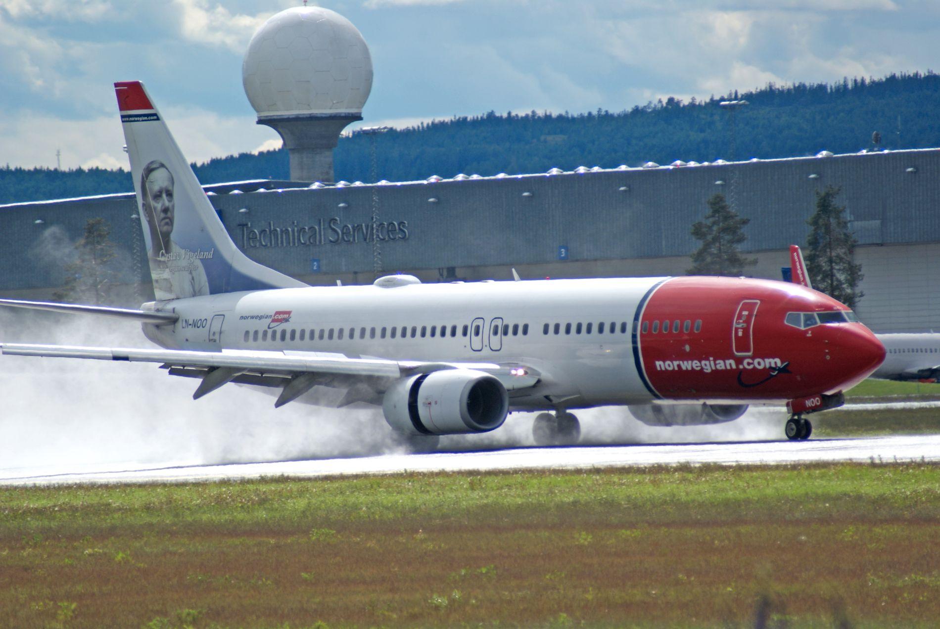 BREMSER: En Boeing 737–800 fra Norwegian bremser på en av de to rullebanene på Gardermoen.