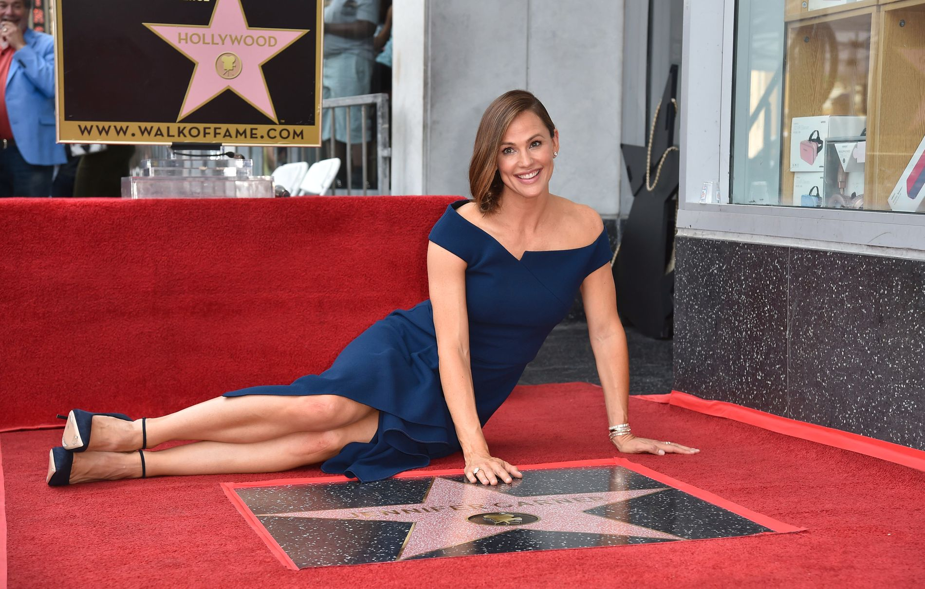 Jennifer Garner poserer liggende på ærverdige Hollywood Walk of Fame.