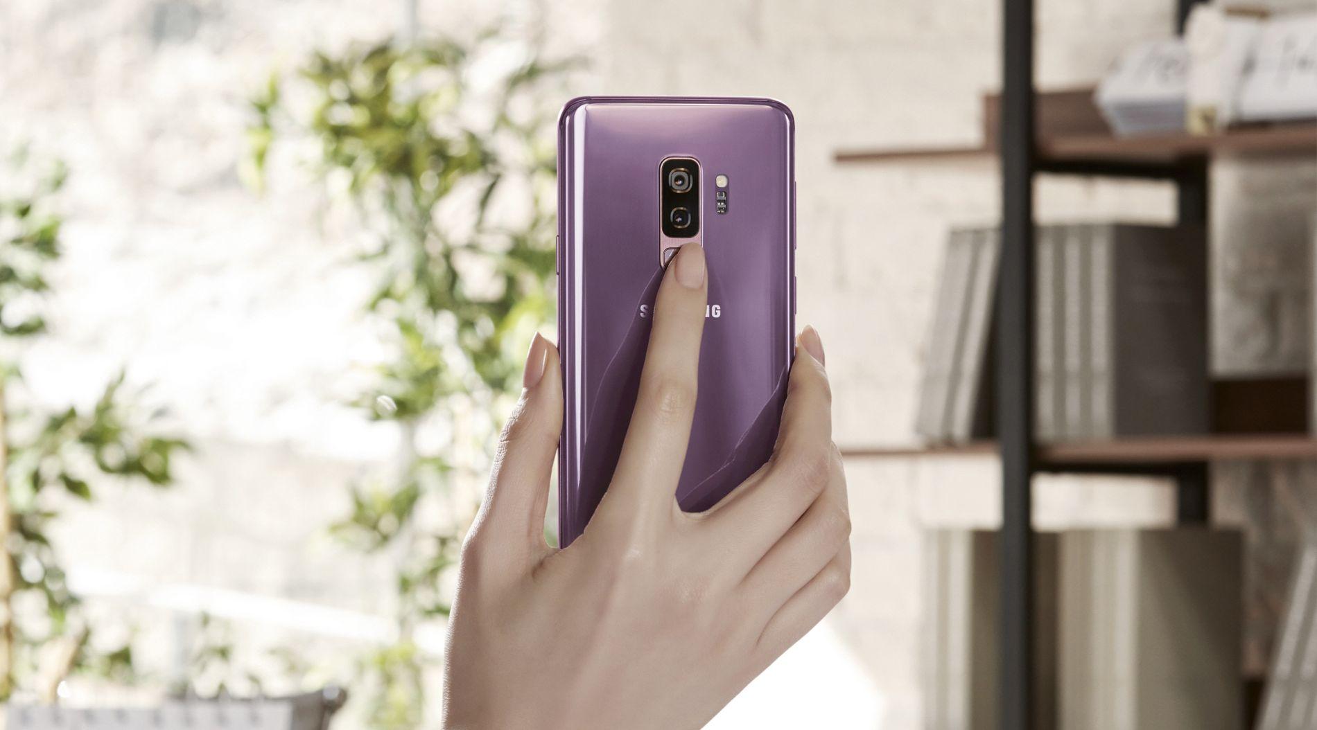 Fingeravtrykk, ansiktsgjenkjenning og øyeskanning kan brukes for å logge deg inn på telefonen.