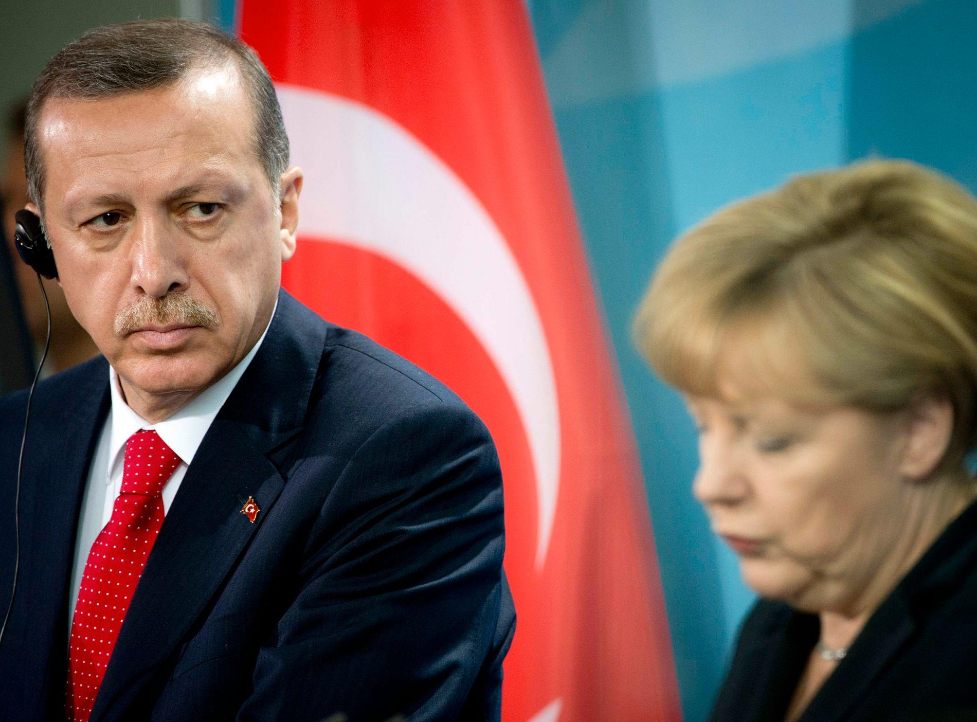 TURBULENT FORHOLD: Tyrkias Erdogan og Tysklands Angela Merkel har hatt et krevende forhold med EU-forhandlinger og det siste årets utvikling i Tyrkia. Her et arkivbilde fra Berlin, 2012.