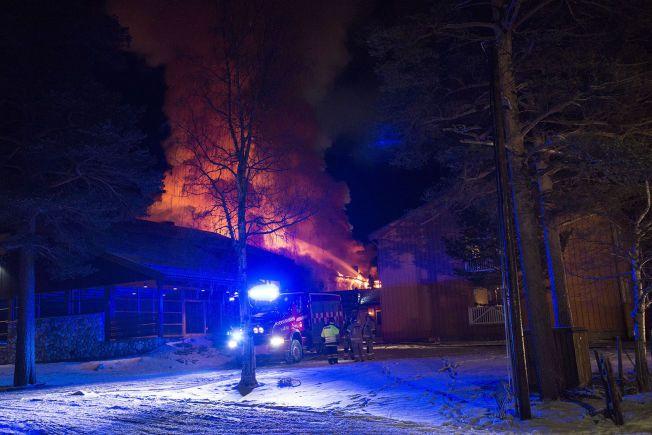 LYS LUE: Flammene har tatt kraftig tak i Dovrefjell hotell. Brannårsaken er foreløpig ukjent.