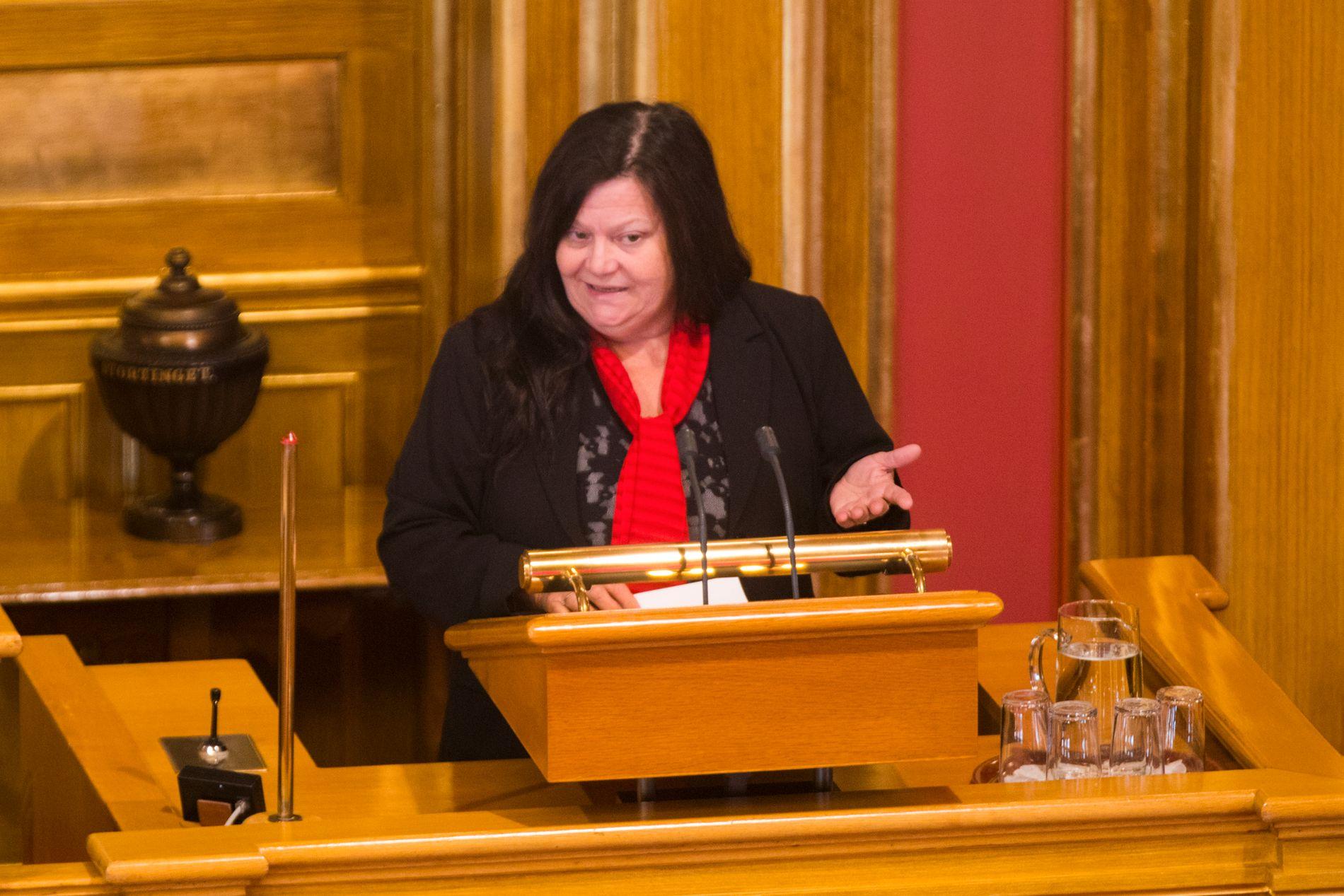 STEMTE «FEIL»: Ingebjørg Godskesen mener hun straffes hardt for å ha stemt mot sin egen stortingsgruppe. Her fra talerstolen under debatten om kommunesammenslåing.