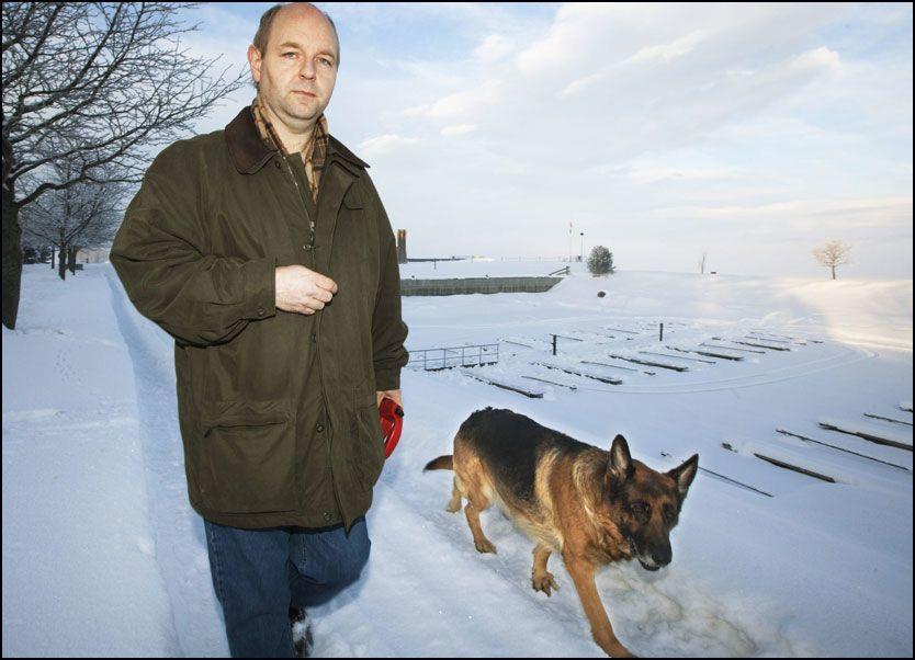 BESTEVENNER: Jarle Skjørberg på tur ved bryggen på Gjøvik. Sammen med hunden Doffen. Foto: GEIR OLSEN/VG