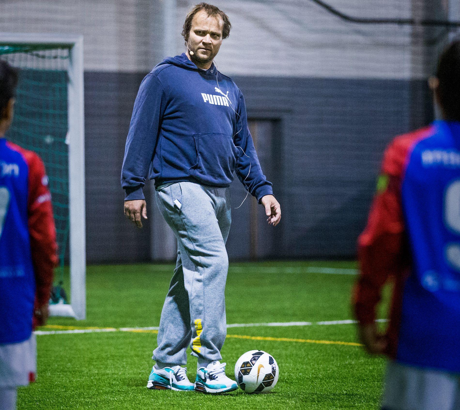 Hans Erik Ødegaard trener unge spillere i Manglerudhallen i 2015. Han hadde tatt seg en snartur fra Madrid for å være med på et trenerseminar i regi av Norges fotballforbund.
