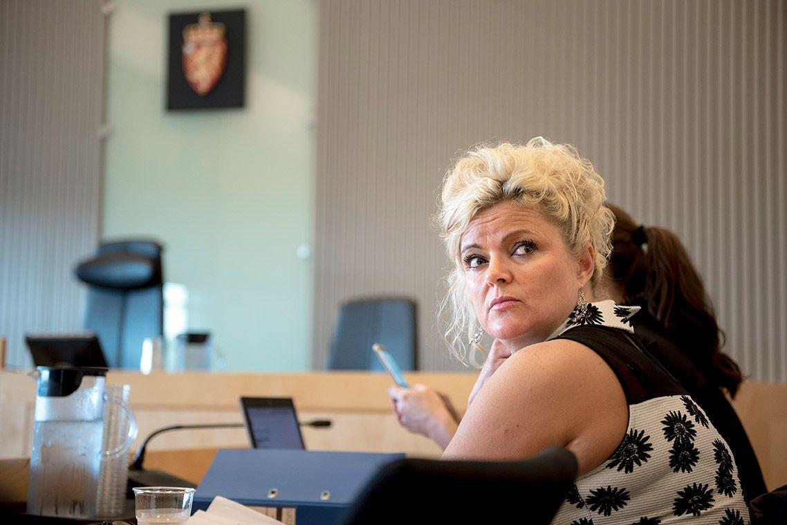 KRITISK TIL ISLAM: Merete Hodne avbildet i Jæren tingrett torsdag morgen, i forbindelse med rettssaken der hun er tiltalt for å ha kastet ut en kvinne med hijab fra salongen sin.
