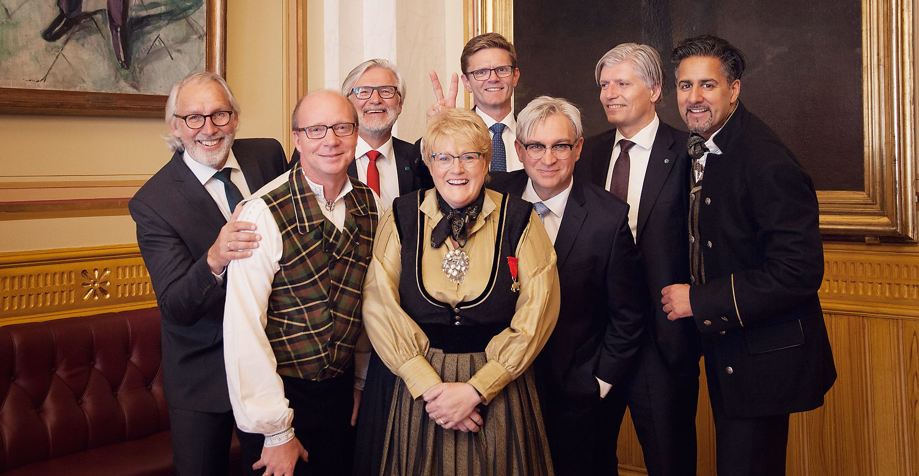 VENSTRES STORTINGSLAG: Gruppebilde av Venstres stortingsgruppe – med Kjetil Kjenseth i grønngul bunadsvest til venstre for partileder Trine Skei Grande. De andre er fra venstre: Carl Erik Grimstad, Jon Gunnes, Terje Breivik, André N. Skjelstad, Ola Elvestuen og Abid Raja.