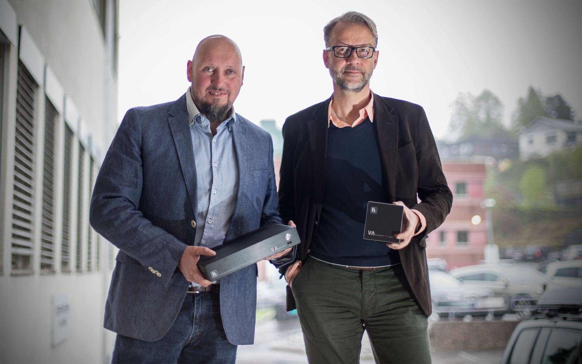 LANG ERFARING: I 30 år har Leteng levert lyd, video og annet IT-utstyr til norske forhandlere. Øyvind Jacobsen (t.v.) er selskapets markedsjef, og Odd Martinsen (t.h.) er daglig leder. Foto: Tek Story Labs