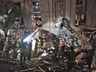 REDNINGSARBEID: Flere hundre mennesker fryktes fanget i flere sammenraste bygninger i Tainan på Taiwan. Her tar redningsarbeidere seg inn i et kontorbygg i millionbyen tidlig lørdag morgen lokal tid.