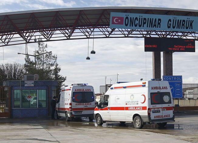 FRAKTER FORSYNINGER: Grensen mellom Tyrkia og Syria er stengt, men ambulanser kryssre grensen med forsyninger til de mange tusen menneskene som er på flukt. Foto: REUTERS/Osman Orsal