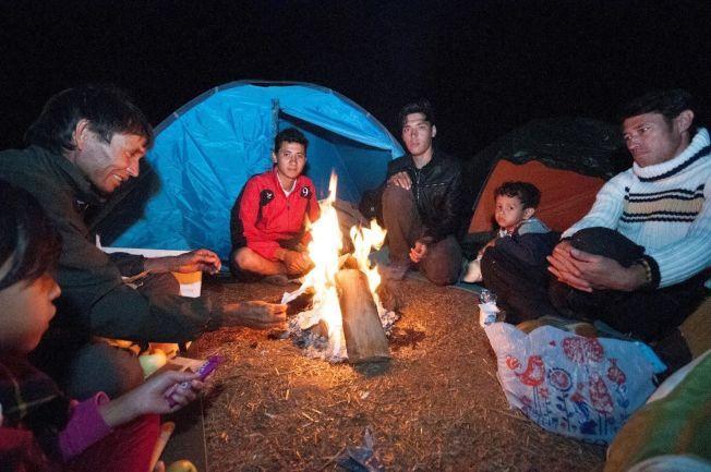 TYSKLAND: Denne afghanske familien samlet seg rundt bålet gjennom natten. De forteller at de vil til Tyskland.