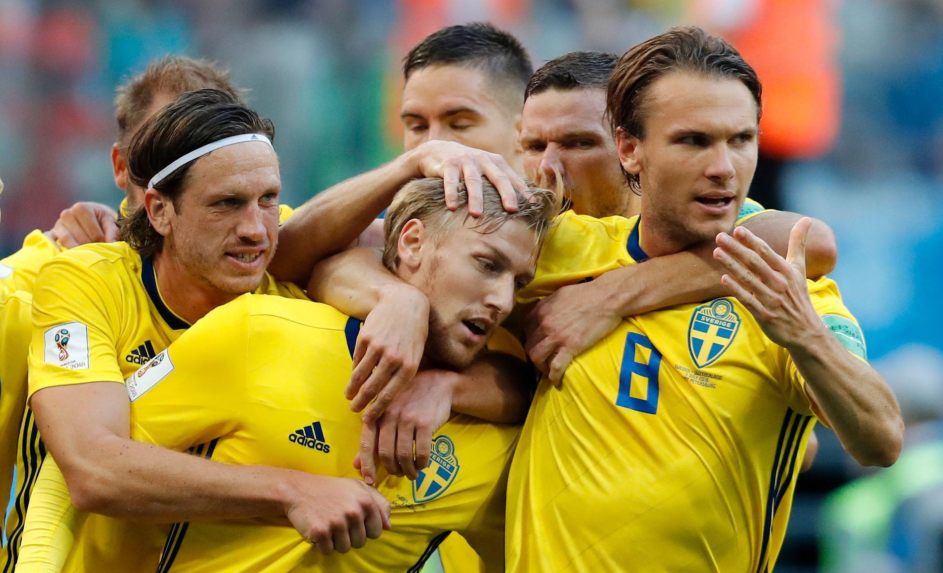 FOR EN GJENG! Gustaf Svensson, Emil Forsberg og Albin Ekdal i forgrunnen for den svenske jubelen etter 1–0-seieren.