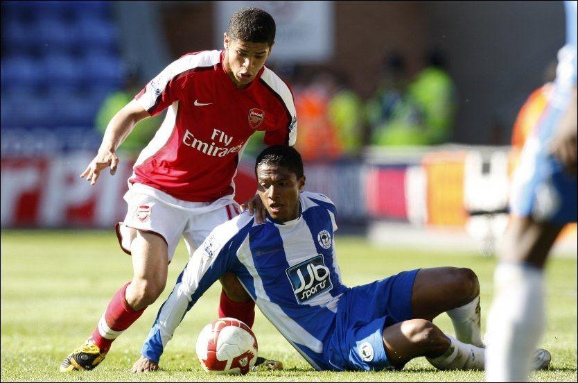 SKADET: Arsenals Denilson, her i duell med daværende Wigan-spiller Antonia Valencia. Foto: AP