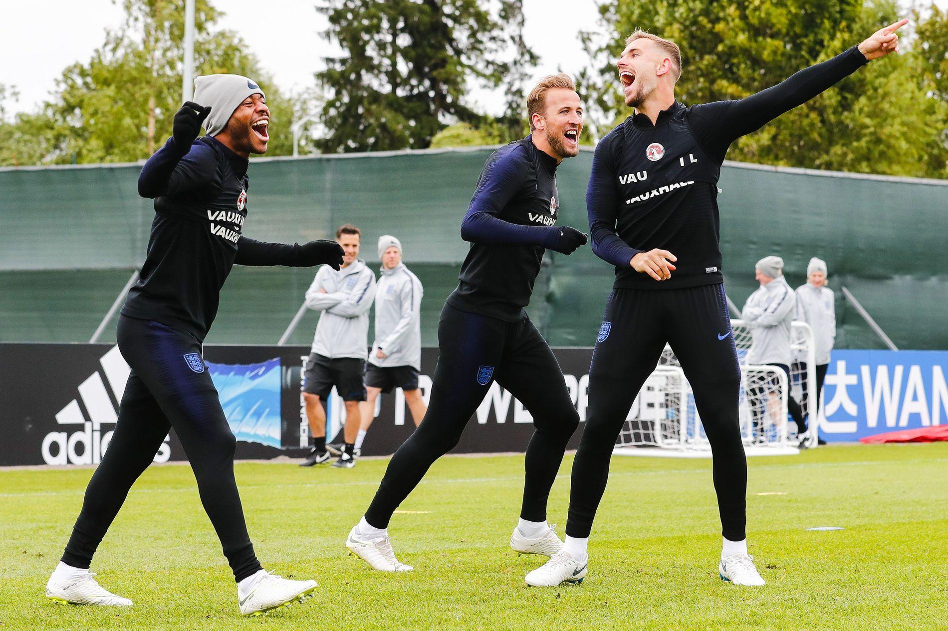 DEN VEIEN! Raheem Sterling, Harry Kane og Jordan Henderson er på vei et eller annet sted. Kan det være mot en VM-finale? Eller må de hjem etter kveldens møte med Colombia?