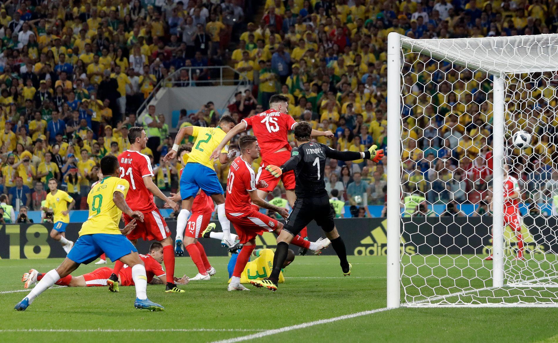 SATTE PUNKTUM: Thiago Silva (nummer 2) stanger inn 2–0-målet som punkterer kampen mot Serbia.