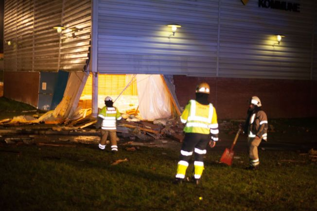 BRANNMANNSKAP PÅ PLASS: Brannvesenet var tidlig på plass etter at taket raste i Eidsberghallen. Inne i hallen kan man skimte vannskadene som er påført.