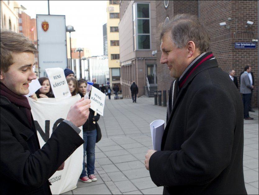 STERKE PROTESTER: Natur og Ungdom-leder Ola Skaalvik Elvevold, til venstre, mener det er på tide at olje- og energiminister Terje Riis-Johansen vurderer sin stilling. Foto: Scanpix