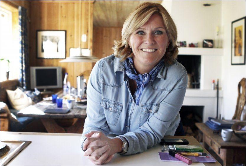 TV-VETERAN: Signe Tynning, her på et bilde hjemme i Porsgrunn for en tid tilbake, forsikrer at hun selv alltid har blitt tatt vare på i TV 2. Men hun etterlyser variasjon i TV-ruten. Foto: Nils Bjåland