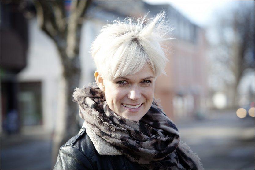 KJENDISKOMIKER: Sigrid Bonde Tusvik mener hun er i et celebert selskap når hun går fra NRK til TV 2. - Det er liksom Alex Rosén, Atle Antonsen og jeg som «shopper» mellom kanalene, smiler hun. Foto: Linn Cathrin Olsen/VG