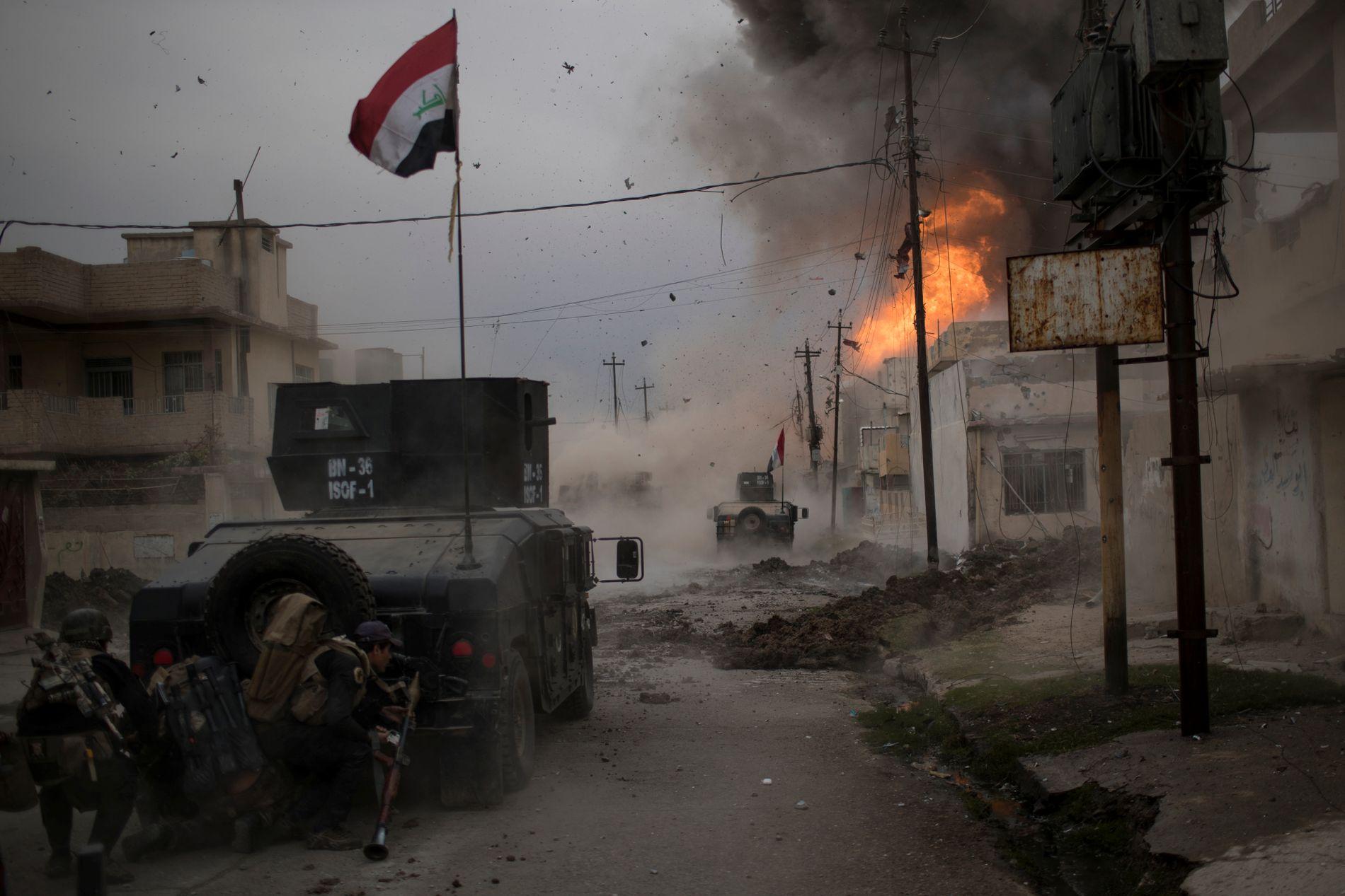 HARDE KAMPER: En bilbombe fra IS eksploderer i nærheten av irakiske spesialstyrker i Øst-Mosul, november 2016.