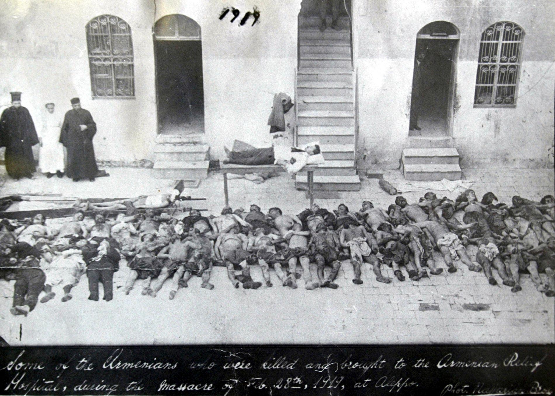 MASSEDRAP: Dette bildet ble sluppet i 1919 av Armenias nasjonalarkiv, og skal vise armenske ofre for det osmanske rikets massakre mot armenere i Aleppo rundt 1915. Ifølge armenske historikere ble opp mot 1,5 millioner armenere drept i massakrer i årene 1915-1923. Den armenske befolkningen ble spredt over mange land etter massakrene.