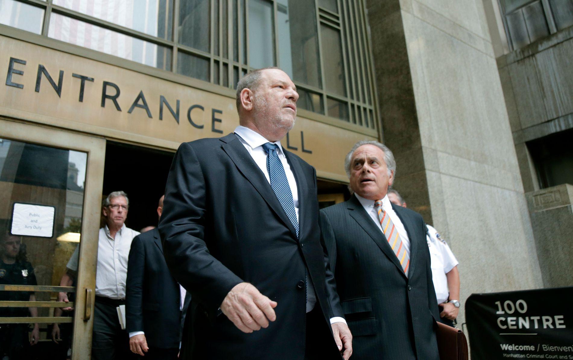 Harvey Weinstein forlater rettssalen i New York sammen med sin forsvarer Benjamin Brafman torsdag. Foto: Seth Wenig / AP / NTB scanpix