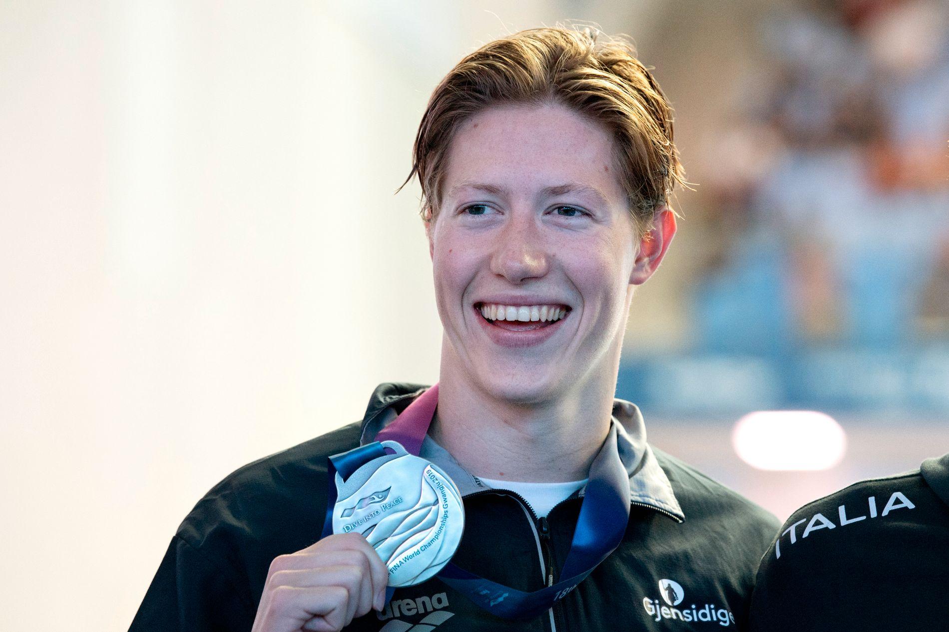 SØLVGUTT: Henrik Christiansen poserer fornøyd med VM-sølvet i Gwangju, Sør-Korea.