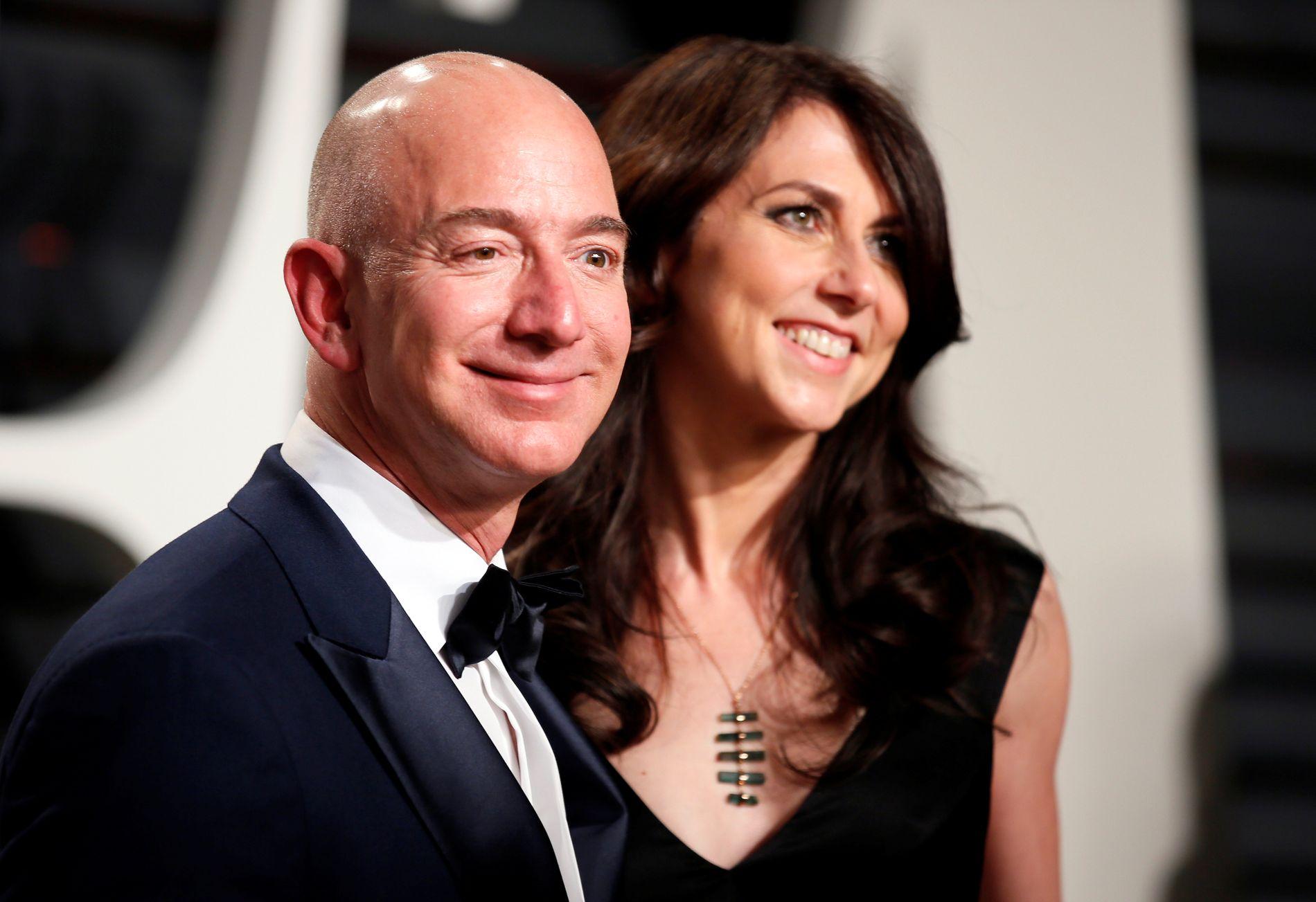 SKILT: Jeff og Mackenzie Bezos.