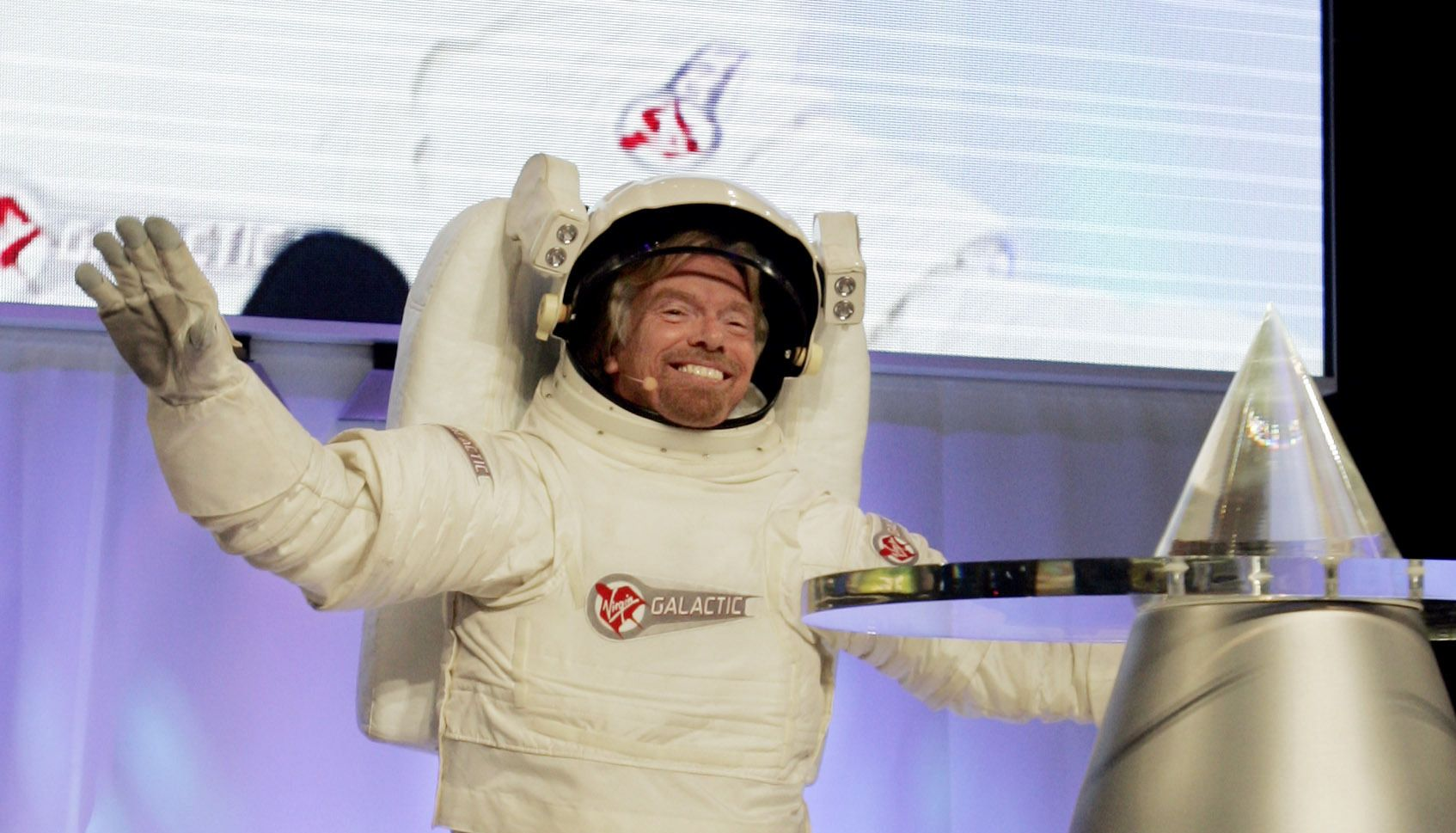 ASTRO: Virgin-sjef, Richard Branson, i romdrakt under et Volvo-show i New York i 2005.